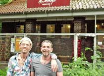"""Stellen """"ihr Unionviertel"""" im Spot vor: Frank Griewel (links) und Michael Riechey von """"Kinkys – Friseur im Park"""""""