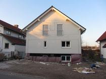 Ungefilterter Blick aufs Haus mit eingebautem Kellerfenster