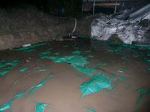Baugrube unter Wasser - Ein Teil des Wassers ist bereits abgepumpt