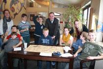 Die Ferienkinder, umrahmt von den Betreuerinnen  Anna Erwig und Birte Dreyer sowie von Bürgermeister Andre Wiese