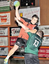 Der TvE Sehnde und der TuS Altwarmbüchen liefern sich ein umkämpftes Derby, Christoph Brause (links, gegen TuS-Akteur Peter Steer) und sein Team setzen sich letztlich durch. Kinsey