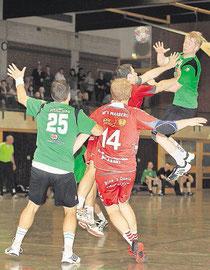Der Ball kommt zur abwechslung mal durch: der altwarmbüchener torben Müller (von rechts) passt an den Warbergern Steffen und Jan Przemus vorbei zu seinem Mitspieler Sebastian Wilms. Plümer