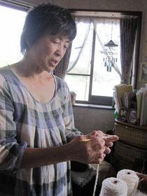 おさかなたわしを編んでいる遠藤さん