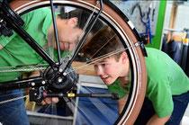 Reparatur beim Dreirad