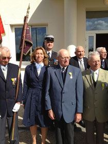 Francis Girres entouré de Valérie Nouvel, conseillère régionale, et de son camarade de combat, prisonnier du FLN pendant un an, avec à l'arrière-plan le colonel Giraud et le Lieutenant-Colonel Chénel