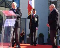 Jules Périer vient de recevoit la Légion d'Honneur des mains de M.Verdier, ancien maire de Granville, à droite