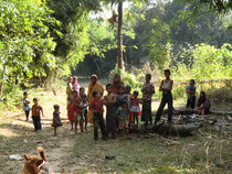 この子供たちが勉強できる学校を建てます。
