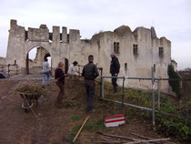 Les  bénévoles et les salariés de l'associaton travaillent à la mise en sécurité du château de Picquigny