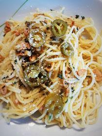 Pasta in Knoblauchkräuteröl mit Jalapenos und Parmesan