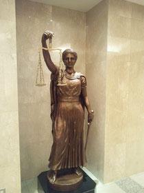 法曹ビル入口にある法、掟の女神テミス像(
