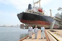 仙台塩釜港の岩壁に乗り上げた韓国籍の巨大船舶