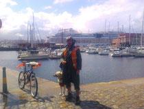 Paseador y barco AIDA.