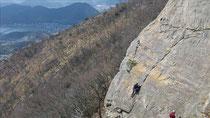 頂上の岩場を登る