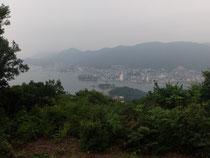 仙酔島最高峰の大弥山より鞆を望む