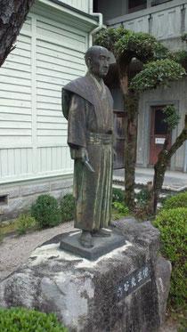 山田方谷銅像(高梁市郷土歴史館前)