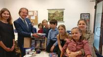 Prof.Dr.Ehlers schenkt unsere Schule Stifte und andere Mail-Utensilien/