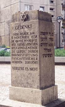 Dieser Stein erinnert vor der obigen Gedenkstätte an den Tag der Zerstörung der Synagoge und mahnt zum Nichtvergessen.