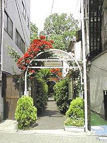 入口、内部の日本庭園とは全く印象がちがいます