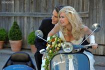 Vespa-Gespann und Top-Brautpaar