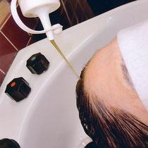 シャンプーした後「海草いきいきパック」を髪に流して頭皮に擦り込みます。