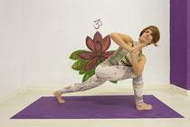 Imparte las clases de Yoga Integral, Yoga Posnatal y Yoga Aéreo Unnata