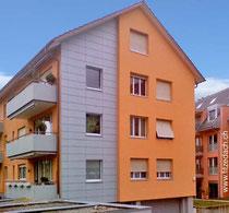Fitze Dach AG der Dachdecker verwendet Clinar Platten. Sie sind rechteckig und gross. So, dass sie auf der Fassade, wie hier im Bild eine ruhige und ein schönes Bild am Gebäude ergeben.