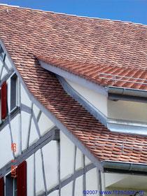 Fitze Dach AG Steildach mit Biberschwanz-Ziegeln und einer Lukarne
