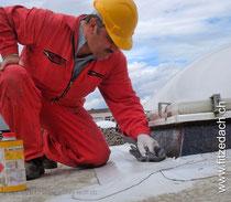 Fitze Dach AG der Dachdecker setzt für schwierige  Anschlüsse Flüssigkuststoff ein. Bild: Vorbereitung, Reinigung des Untergrundes.