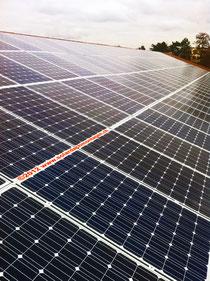 Fitze Dach AG der Dachdecker  hat spezialisierte Teams, welche in der Lage sind grosse Solaranlagen auf dem Dach zu montieren. Hier auf einer Mehrzweckhalle in Basel.