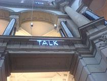 Museum für Kommunikation Berlin, Aula, leuchtender Schriftzug: Touch