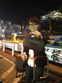 プログラマ・ミュージシャン横田寛之 スゴイバッテリーで路上ライブ