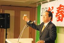 乾杯の音頭をとる加藤哲生理事長
