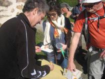 Les participants à la rando de la Pérégrine Jacquaire font tamponner leur credencial