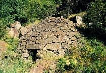 """Die bekannten """"Crotti"""" in Brusio wurden für die Ausserirdischen erstellt. Im Bild Crot 24 beim Viadukt. Bildquelle und interessantes zu den Crotti: www.crotti.ch"""