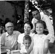 Hornblass (links) mit Familienangehörigen vermutlich 1957 (Foto im Besitz von W. Sekkel)