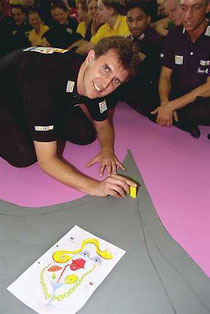 Robin Weijers und Aufbauer beim Domino Day 2001. Foto von KIPPA, s. o.