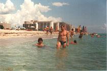 Геннадий Астахов и Андрей Андреев на пляже в Майами