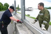 Links: Roland Hintenberger beim letzten Hochwassereinsatz in Krems. Foto: WaPA