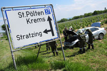 Das Auto landete an der B37 in einem Weingarten. Foto: FF Krems