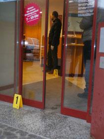 Die Polizei rekonstruierte den Tathergang in der Bankfiliale in Rehberg. Foto: WaPA