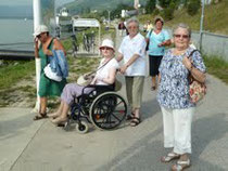 v.l.n.r: Silvia Struckl begleitet von Rot Kreuz-Mitarbeiterin Dorli Gmeiner, Christa Enne, im Vordergrund Frau Leutgeb. Foto:  Alfred Einsiedl