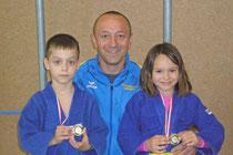 Trainer Andreas Schlögl mit Fabian Dogariu und Franziska Schlögl. Foto zVg