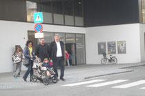 Bildungsgemeinderat Mag. Klaus Bergmaier, Vizebgm. Gottfried Haselmayer mit zufriedenen Benutzern des neuen Schutzweges. Foto: zVg