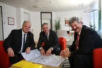 Bürgermeister Resch und Vizebürgermeister Haselmayer zeigen sich glücklich über das Angebot des Bundesministers. Foto: zVg