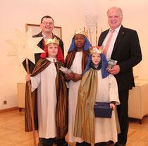 Bgm. Dr. Resch empfängt die Sternsinger und Pastoralassistent Peter Surböck. Foto: Stadt Krems