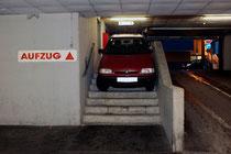 Auf der Stiege war die Fahrt in die Garage zu Ende. Foto: FF Krems