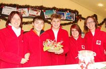 Auch die Jugendgruppe hilft mit.  (v.l.n.r.: Rot Kreuz Jugendgruppenleiterin Michaela Muthenthaler, Raphael Gausterer, Philipp Franzl, Melanie Schrey, Mag. (FH) . Foto: ÖRK