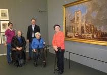 Seniorenbetreuerin Helga Blauensteiner, Claus Dobritzhofer, Leiter des SeneCura Sozialzentrums Krems, mit Bewohnerinnen des SeneCura Sozialzentrums. Foto:SeneCura
