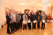 Stadträtin Eva Hollerer und Bürgermeister Dr. Reinhard Resch zeigten sich den langjährigen Mitarbeitern anerkennend. Foto:zVg