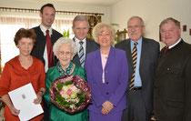 Josefa Proidl mit Familie und Gratulanten